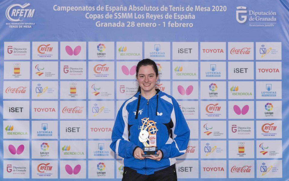 Claudia Caymel posando con el trofeo de Campeona de España individual 2020