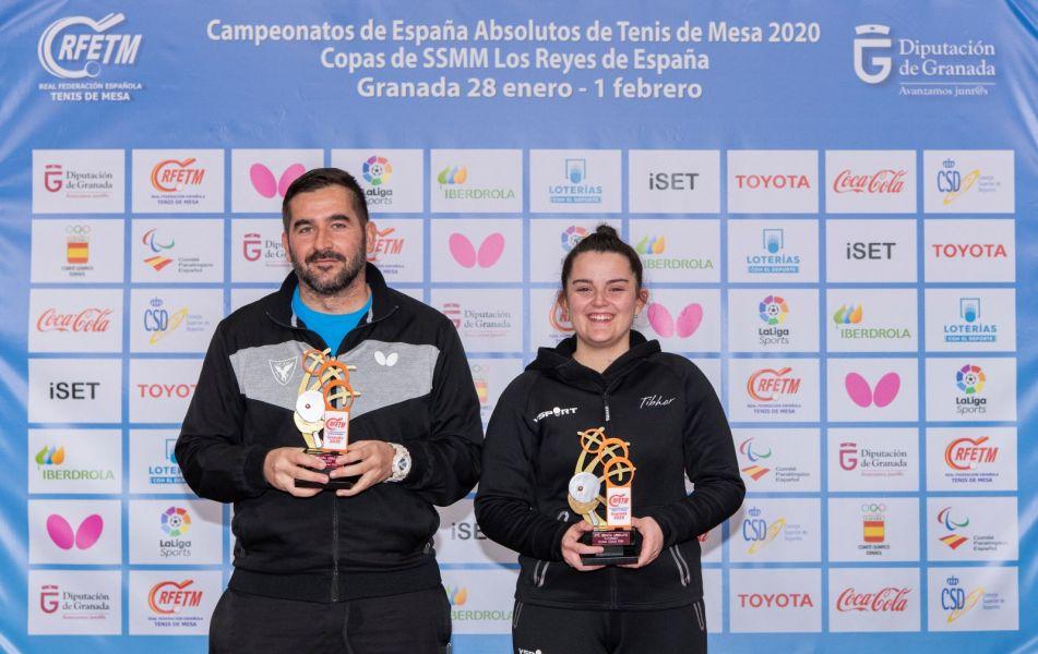 Jesús Cantero y Ana García posando con el trofeo de Campeones de España 2020 en dobles mixto