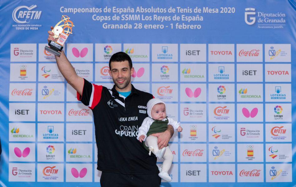 Endika Diez posando con el trofeo de Campeón de España individual 2020
