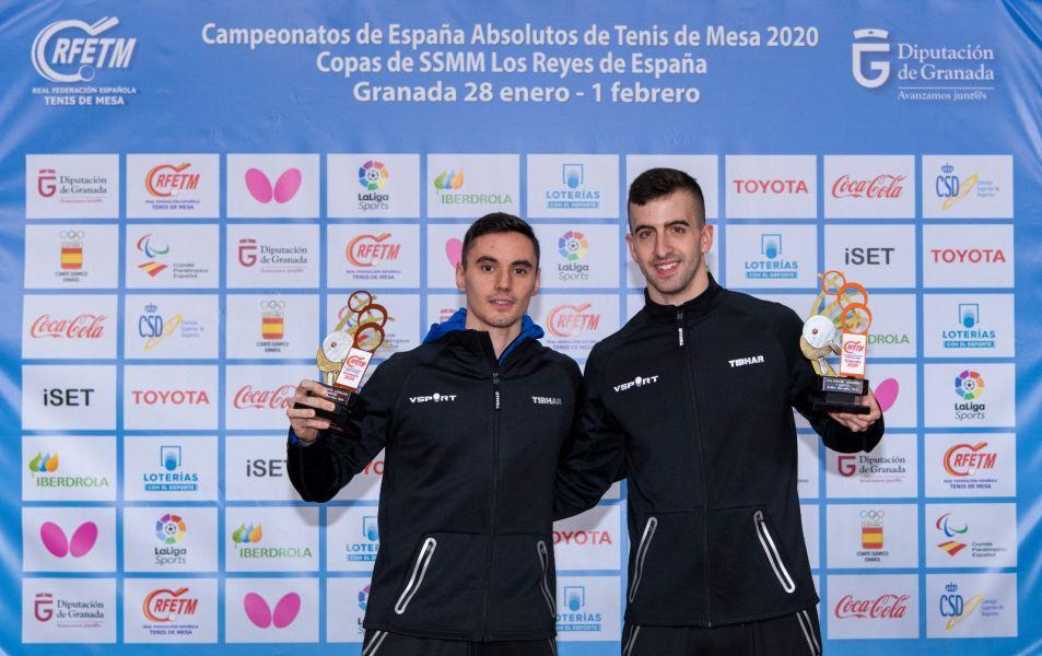 Miguel Ángel Vilchez y Carlos Franco posando con el trofeo de Campeones de España 2020 en dobles