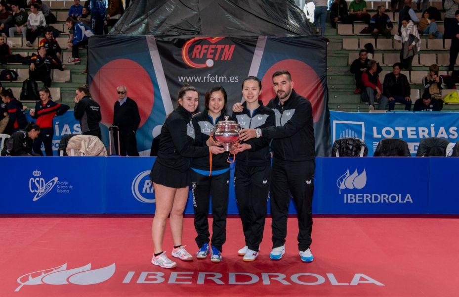 UCAM Cartagena TM posando con el trofeo de Campeón de la Copa de la Reina Iberdrola