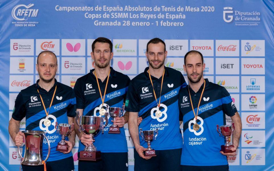 Real Cajasur Priego TM posando con el trofeo de Campeón de la Copa del Rey