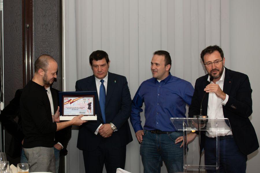 Carlos Machado recibe una placa conmemorativa