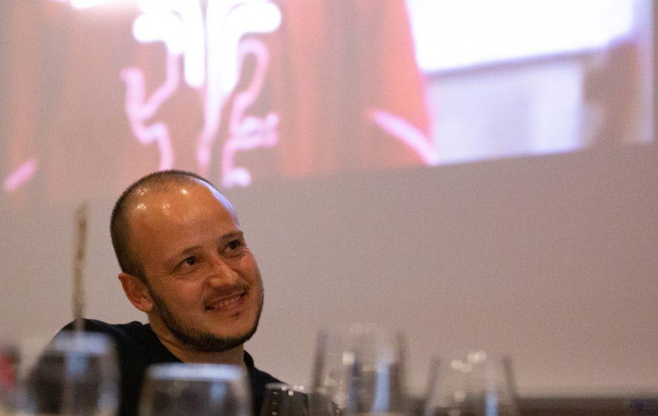 Carlos Machado visualiza un emotivo video