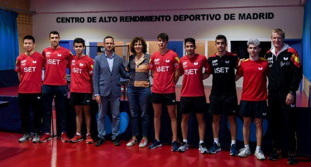 Irene Lozano, nueva Secretaria de Estado para el Deporte y Presidenta del Consejo Superior de Deportes, posa con los deportistas del CAR de Madrid