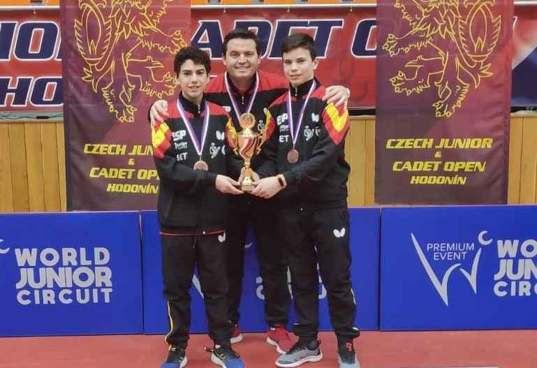 Daniel Berzosa y Marc Miró, junto al técnico responsable Fran Berzosa, en el podio por equipos del ITTF Junior de República Checa