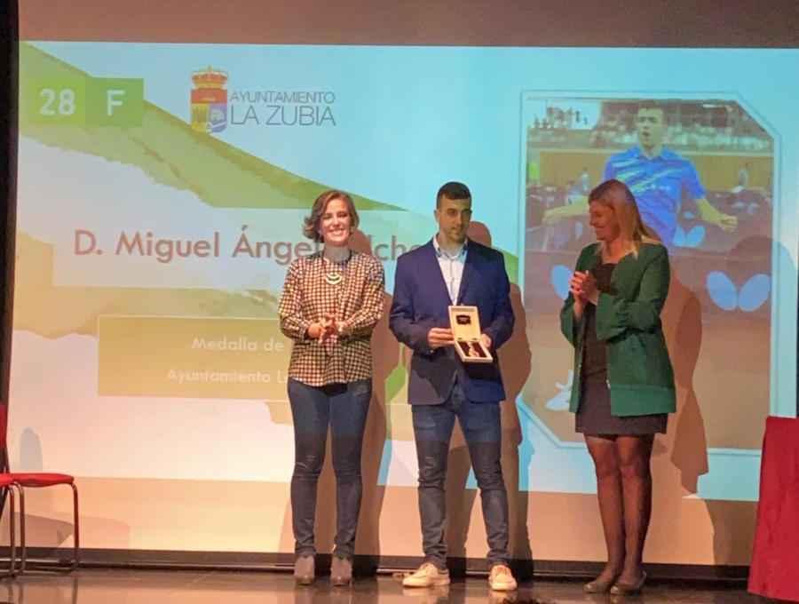 Miguel Ángel Vilchez posa con la medalla de oro de La Zubia