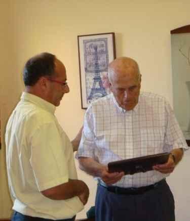 Ossuna recibe placa de Juan José Pérez García (Presidente del Casino)