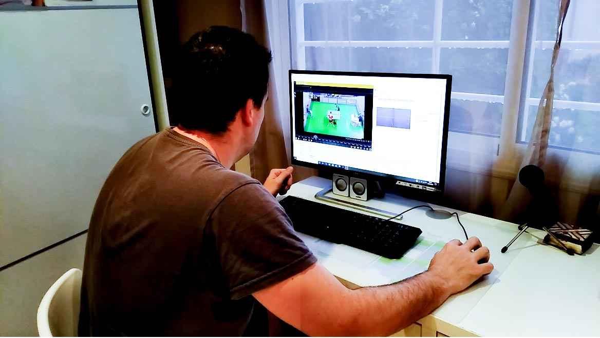 El técnico Ramón Mampel aplicando los conocimientos de la nueva tecnología