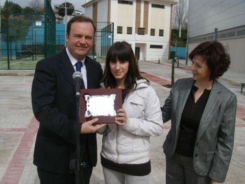 Laura Ramírez recibiendo la placa del Delegado del Gobierno Jesús Huertas y la Alcaldesa Rosa Ruiz