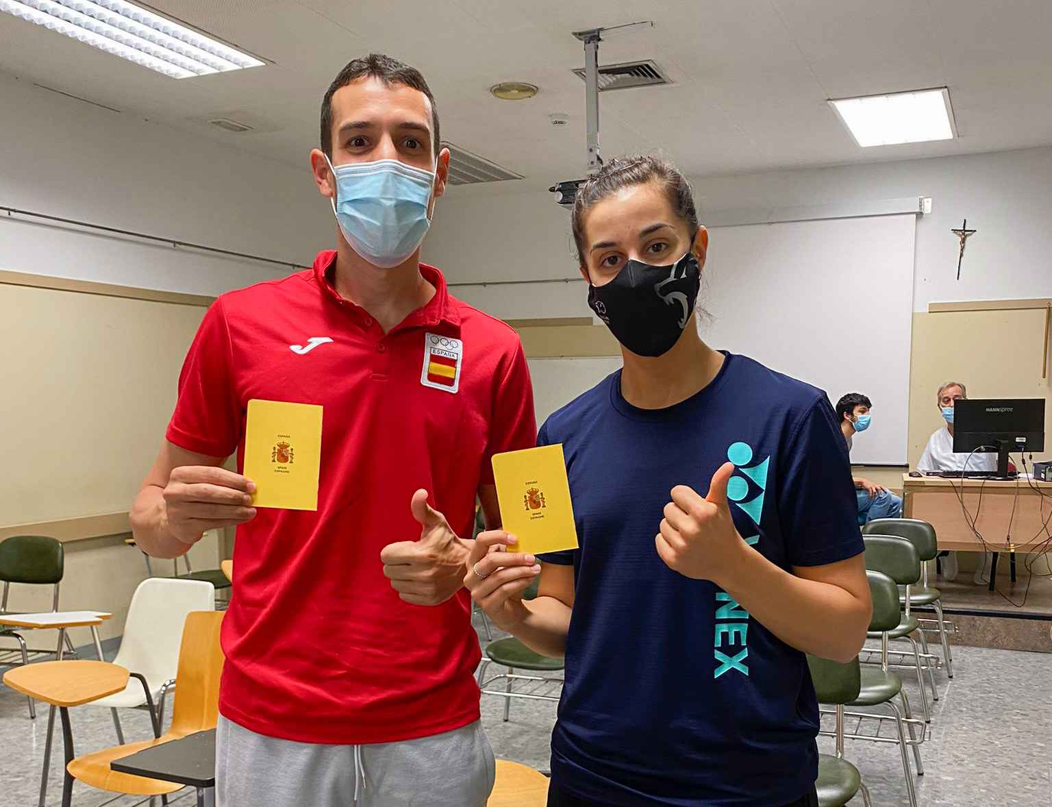 Álvaro Robles y Carolina Marín posando con su pasaporte sanitario