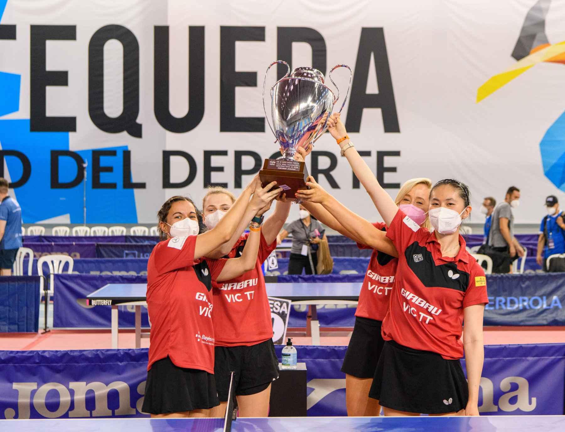 El Girbau Vic TT recoge el trofeo como campeonas de la Liga Iberdrola