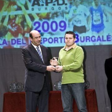 Fco Javier Berzosa recibiendo su galardón. (Fotos cortesía de Diario de Burgos)