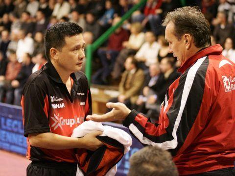 Juanito recibe instrucciones durante un partido.